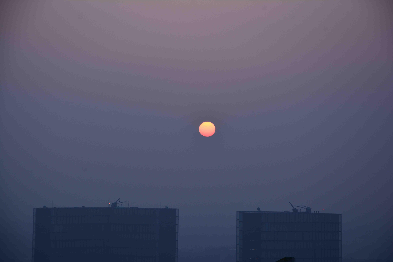 Le Soleil au dessus de la bibliothèque François Mitterrand, vendredi 14 mars 2014, 7 h 20 heure locale. Photo VR
