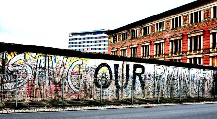 Même les graffs de ce qu'il reste du mur de Berlin commencent à ne plus y croire. ©VR